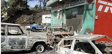 Varios vehículos calcinados por el fuego en Fuencaliente, en La Palma.   Efe