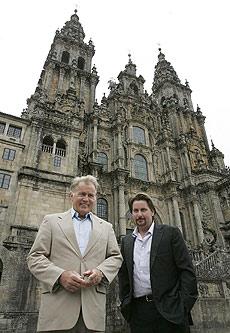 Martin Sheen y Emilio Estevez, ante la Catedral de Santiago. | Efe