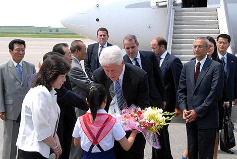 Bill Clinton, recibido por las autoridades norcoreanas en el aeropuerto. | AFP