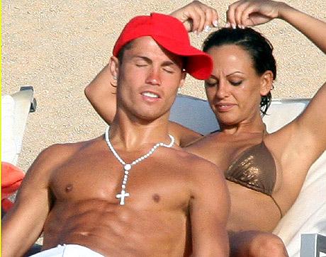 Cristiano Ronaldo, en la playa, con Nereida Gallardo cuando eran novios. | Bravo