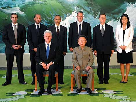 Bill Clinton, sentado a la izquierda de Kim Jong II. | AFP