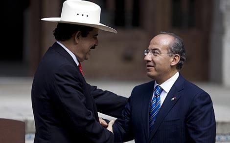 Manuel Zelaya, con el presidente mexicano, Felipe Calderón.   AP
