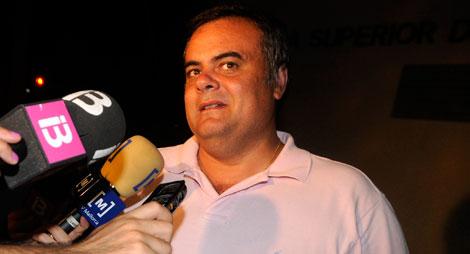 José Ramón Orta atiende a los periodistas anoche. | Cati Cladera