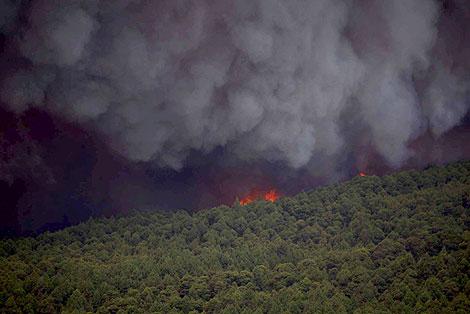 Una columna de humo y llamas por el incendio de la isla de La Palma. | Efe