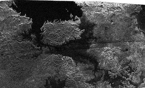 Vista de una isla en uno de los lagos de Titán. | NASA.