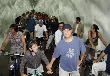 El alcalde donostiarra, Odón Elorza, presenta la nueva galería para bicicletas. | Andrea Anguita