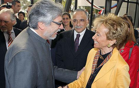 El presidente de Paraguay, Fernando Lugo, saluda a Mª Teresa Fdez. de la Vega.  Efe