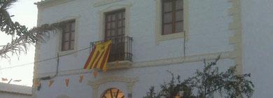 Imagen de la bandera ondeando en el Juzgado de Paz.