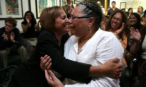Las jueces Betty Calvo-Torres (izda) y Faviola A. Soto, celebran la elección de Sotomayor en la sede de LatinoJustice en Nueva York. | AP