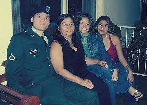 Víctor Agosto, con su madre y sus hermanas. | L.R.