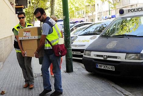 Varios agentes trasladan algunas cajas de documentación. | Cati Cladera