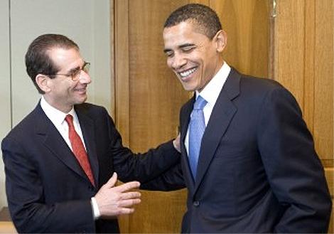 Alan Solomont y Barack Obama se saludan en una reunión. | Ifamericansknew.org