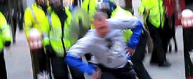 Tomlinson, agredido por la policía en la cumbre del G-20. | AFP