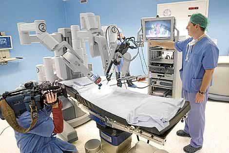Presentación en la Policlínica Gipuzkoa del robot Da Vinci. (Foto: Justy García Koch)