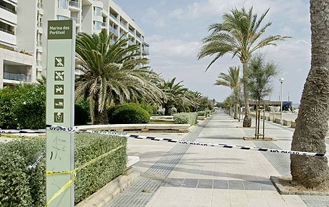 Zona acordonada del Paseo del Portitxol, frente a la playa de Can Pere Antoni. | Efe