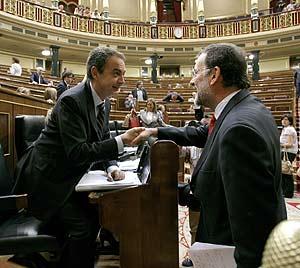 Rajoy saluda al Presidente Zapatero en el Congreso (Foto: Alberto Di Lolli).