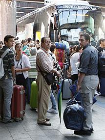 Viajeros afectados, preparados para tomar un autobús. | Efe