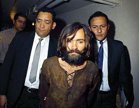 Charles Manson, custodiado por agentes de la policía. | AP