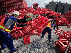 Decenas de cajas con botellas de refrescos rotas tras el terremoto de 6,5 grados en Shizuoka. | AFP