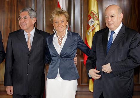 El presidente (izqda.), con la vicepresidenta española, en su encuentro en San José. | Efe