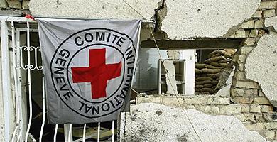 Una bandera de Cruz Roja en cuartel devastado en Bagdad.   AFP