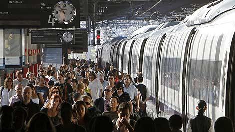 Viajeros en el andén del AVE en la estación madrileña de Atocha. | Efe