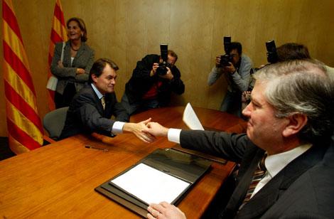 Mas saluda al notario ante quien, en 2006, se comprometió a no pactar con el PP   A. Moreno