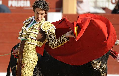 José Tomás da un pase a su primer toro. | Efe