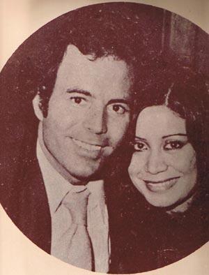 Julio Iglesias con la locutora Betty Pino.