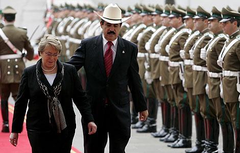 Michelle Bachelet y Manuel Zelaya, antes de su reunión en Santiago de Chile.   AP