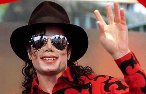 Michael Jackson saluda al público durante un acto, | Reuters