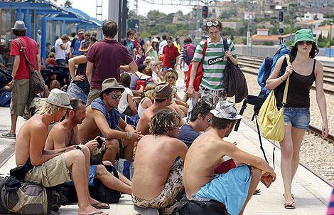 Un grupo de jóvenes en Benicàssim a la espera de que dé comienzo el festival. | Foto: Domenech Castelló