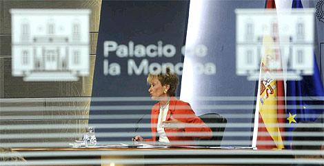 De la Vega, en la rueda de prensa posterior al Consejo de Ministros que aprobó la TDT de pago. (Foto: Afp)