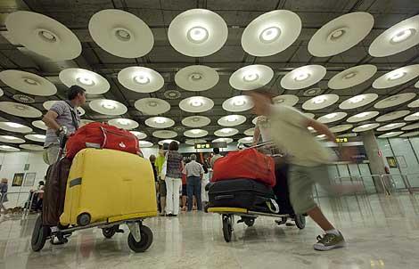 Interior de la Terminal 4 de Barajas, tras restablecerse el fluido eléctrico.   Gonzalo Arroyo