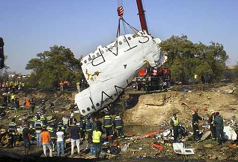 Bomberos y guardias civiles inspeccionan el lugar del accidente. | Efe