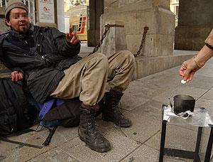 Un mendigo pide limosna | El Mundo