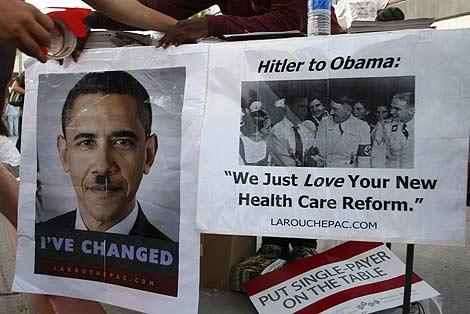 Estadounidenses comparando a Obama con Hitler en una protesta en Alhambra (California). | AP