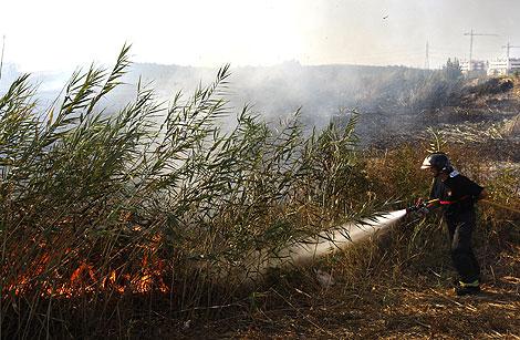 Un bombero trabaja en la extinción de un incendio forestal.   Efe