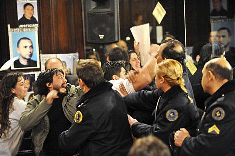 Familiares de las víctimas protestan tras conocer el veredicto.   Reuters