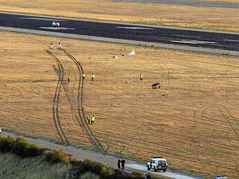 Imagen de la huella que dejó el tren de aterrizaje del avión. | Guardia Civil