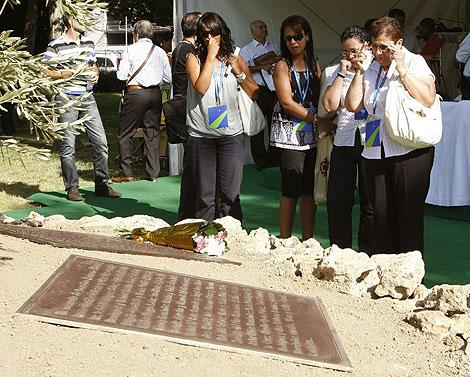 Familiares de las víctimas en uno de los homenajes en Barajas. | Efe