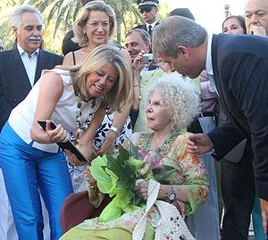 La duquesa recibe un premio en Marbella. | Gamma