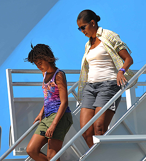 Malia y Michelle Obama bajan del Air Force One. | Afp