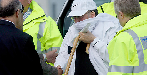 El terrorista, en el aeropuerto de Glasgow. | AP
