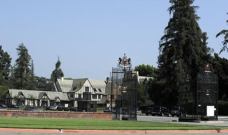 Vista del exterior del cementerio Forest Lawn Memorial Park de Hollywood, donde será enterrado. | Efe
