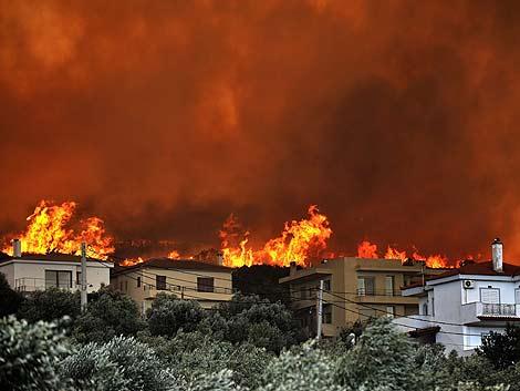 El incendio de Atica, a unos 50 kilómetros de Atenas. | AFP