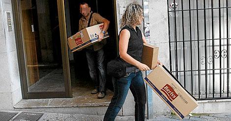 Agentes de la policía judicial abandonan Nimbus, el 5 de agosto, tras el registro. | J. Avellà