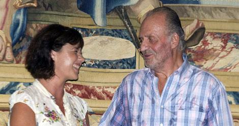 Don Juan Carlos junto a Francina Armengol.   Efe