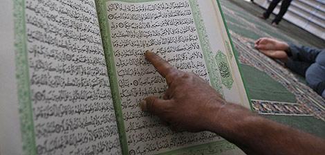 Un palestino lee el corán en Hebron.   Reuters