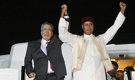 Abdelbaset Ali Al Megrahi, a la izquierda, junto al hijo de Muammar el Gadafi. | AP